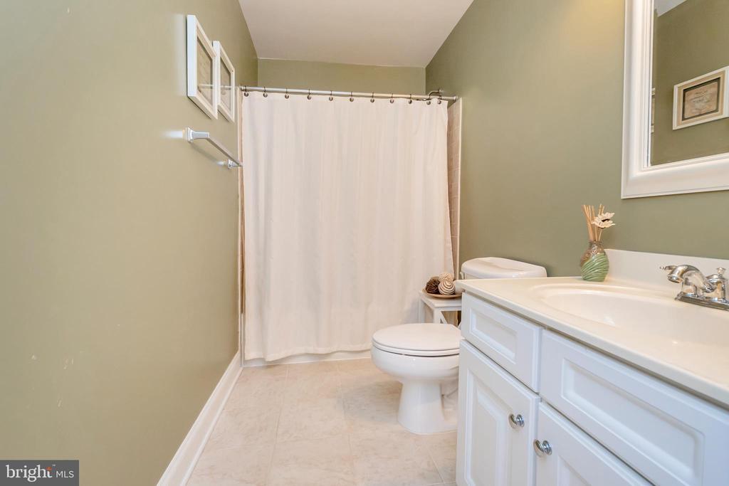 upstairs full bath - 5507 SILVER MAPLE LN, FREDERICKSBURG