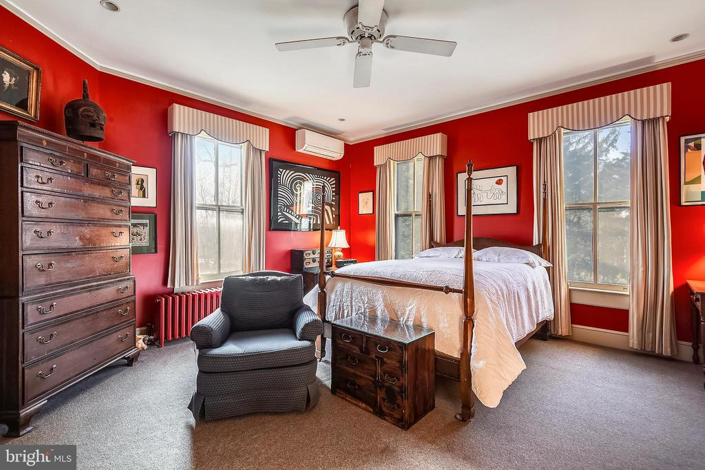 Master Bedroom with Full Bath - 223 W MONTGOMERY AVE, ROCKVILLE