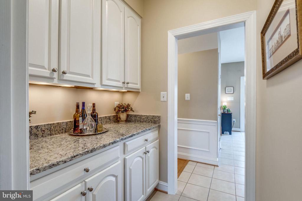 Butler's pantry makes entertaining a breeze - 11261 CENTER HARBOR RD, RESTON