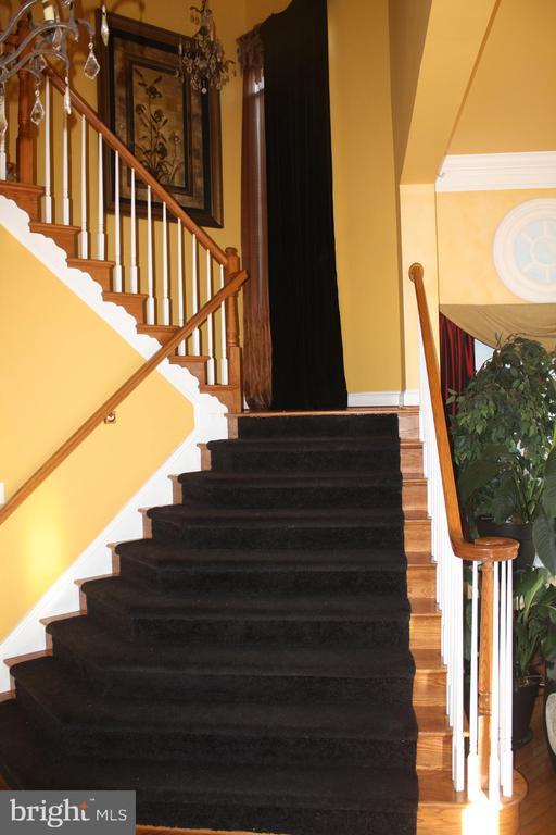 Main stair well - 43122 ROCKY RIDGE CT, LEESBURG