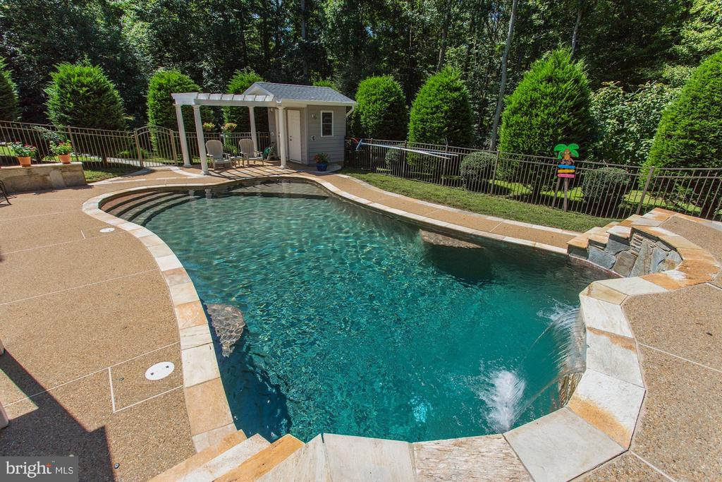 Pool house with bathroom and outdoor shower - 6910 SCENIC POINTE PL, MANASSAS