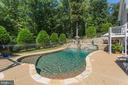 Pool with  stone waterfall gives an elegant touch - 6910 SCENIC POINTE PL, MANASSAS