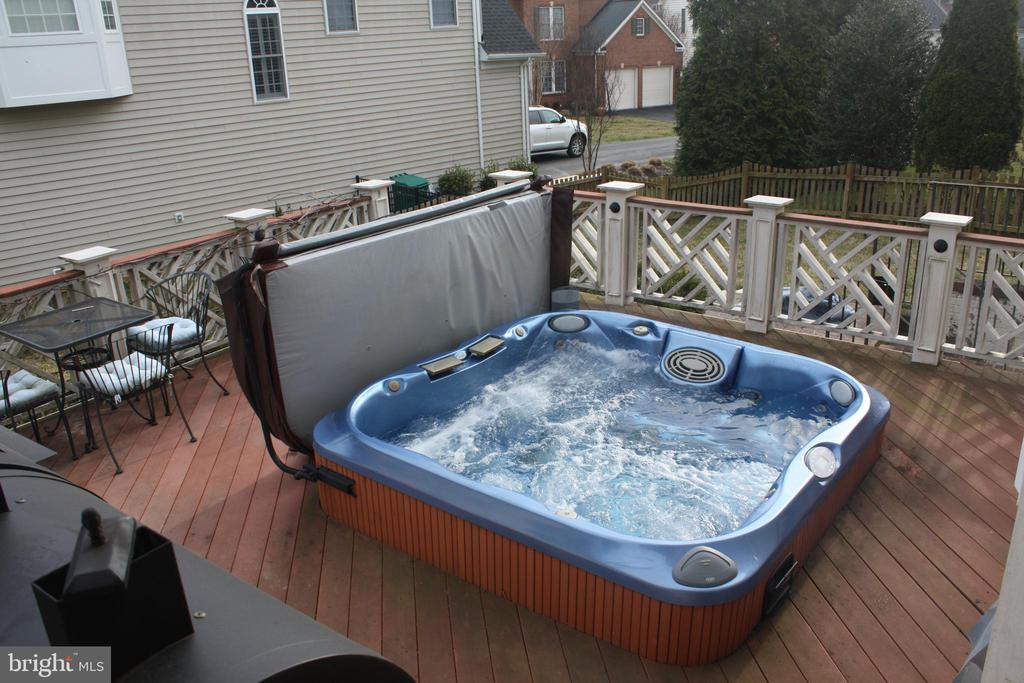 Hot tub  that seats 8 - 43122 ROCKY RIDGE CT, LEESBURG