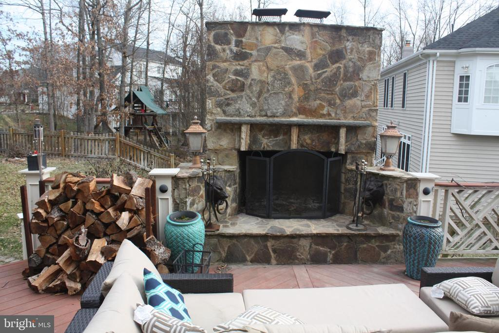 Full wood Fire Place - 43122 ROCKY RIDGE CT, LEESBURG