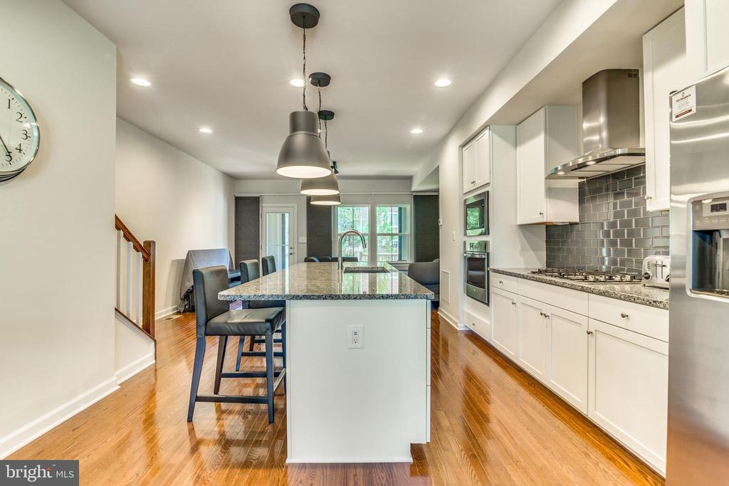 Crisp & Clean Modern Kitchen - SPACIOUS! - 9251 WOOD VIOLET CT, FAIRFAX