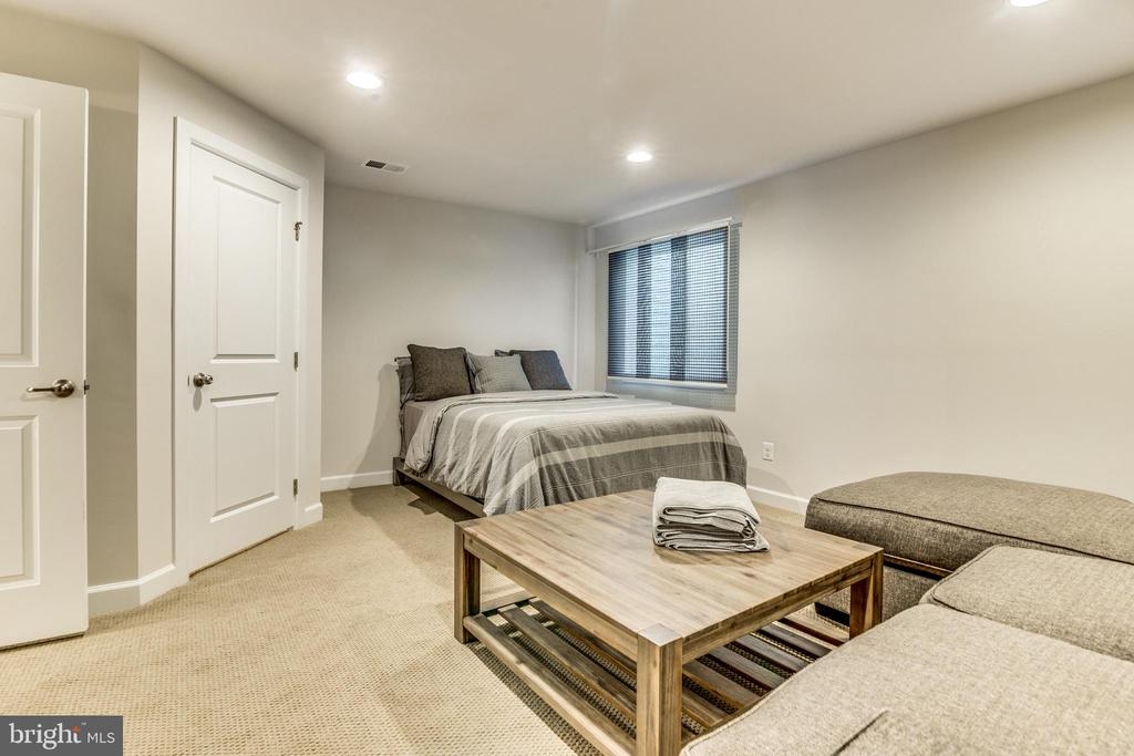 Main Level Bedroom w/walk in closet, sitting area - 9251 WOOD VIOLET CT, FAIRFAX