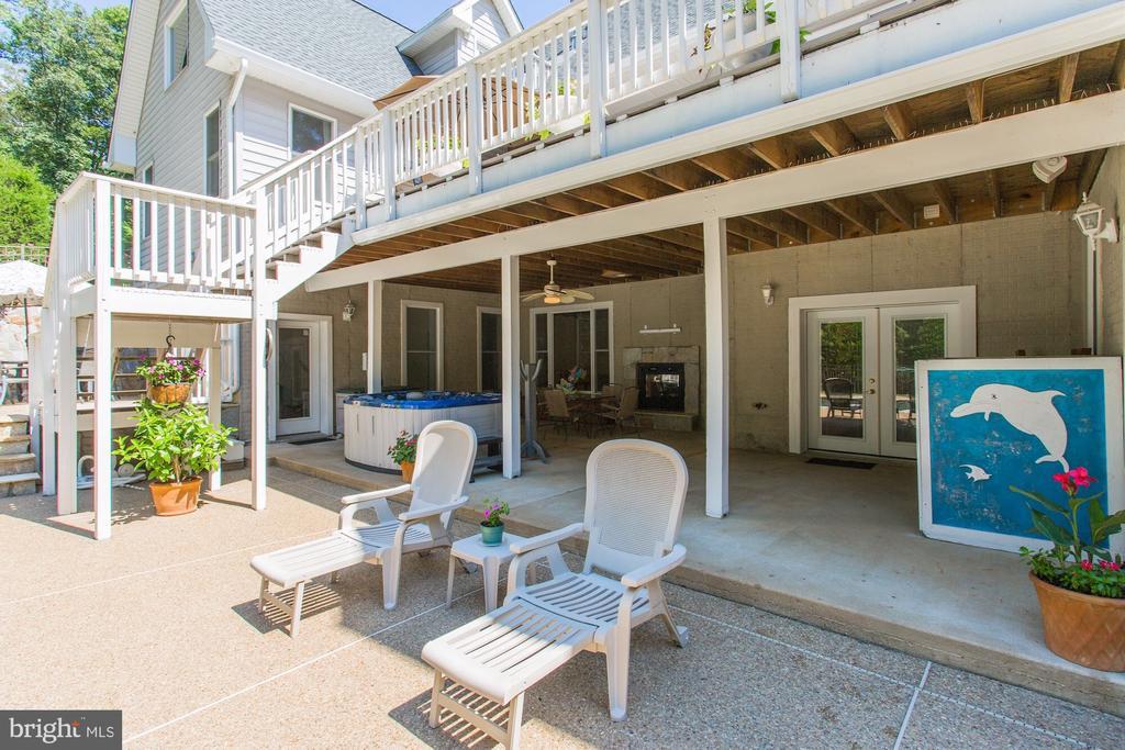 Huge patio with indoor outdoor fireplace - 6910 SCENIC POINTE PL, MANASSAS