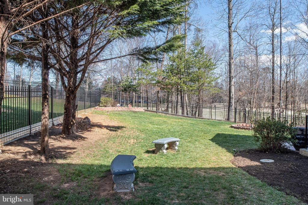 Side yard provides a relaxing space - 3 GRISTMILL DR, STAFFORD