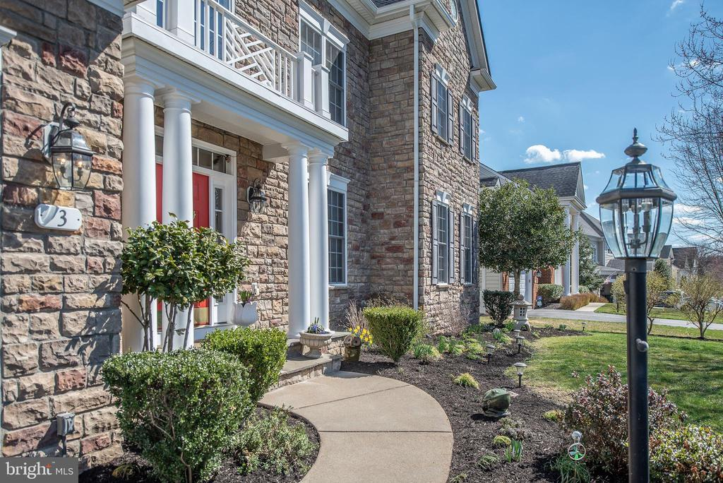 Expertly landscaped, inviting walkway! - 3 GRISTMILL DR, STAFFORD