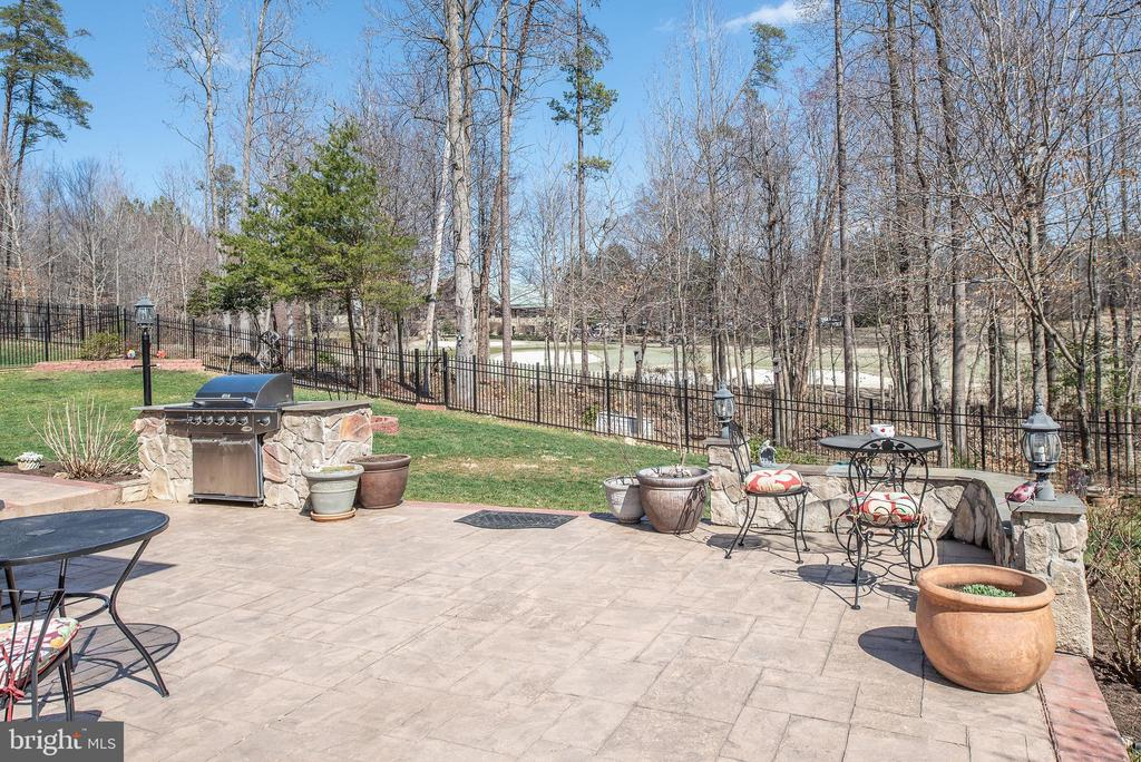 Spacious stamped concrete patio w/ patio lighting. - 3 GRISTMILL DR, STAFFORD