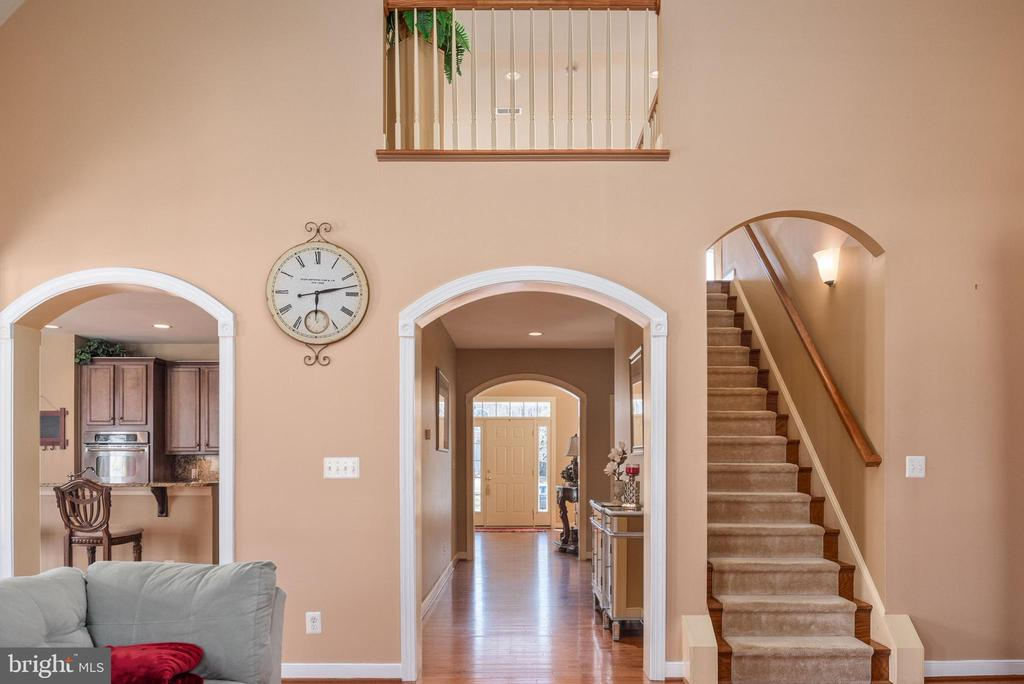 View family room to rear staircase & balcony. - 3 GRISTMILL DR, STAFFORD