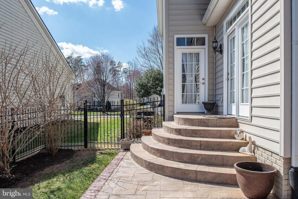 Stamp concrete patio steps to kitchen & sunroom. - 3 GRISTMILL DR, STAFFORD