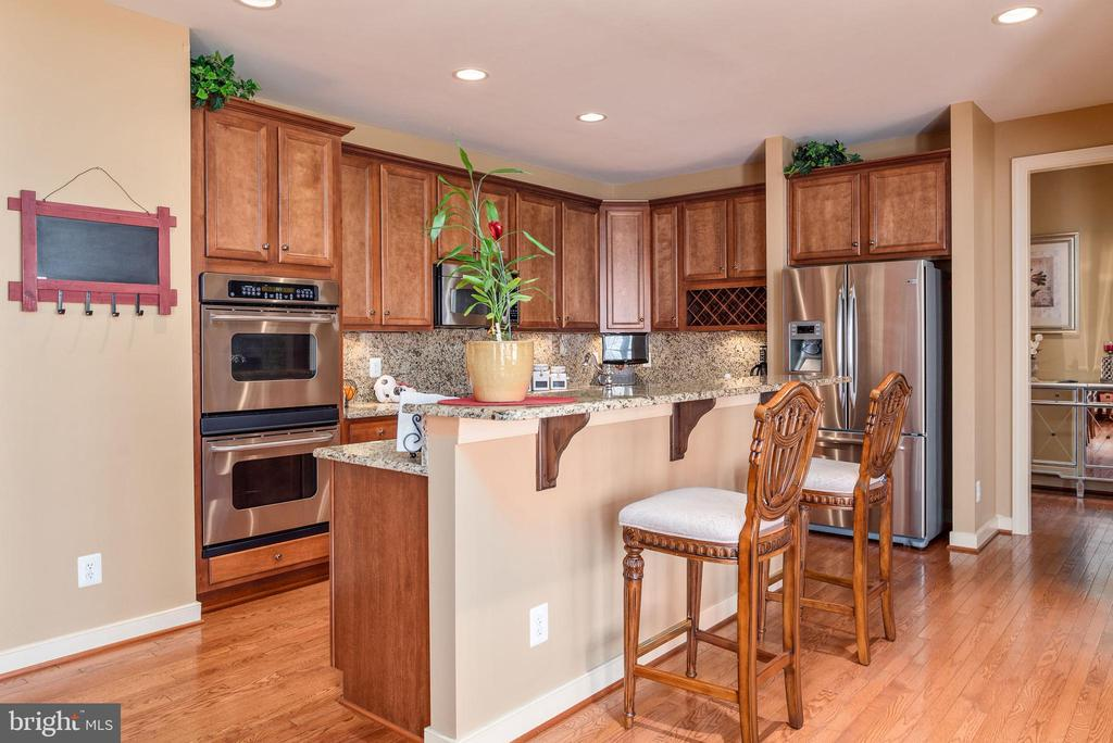 Gourmet kitchen double oven wall ovens. - 3 GRISTMILL DR, STAFFORD