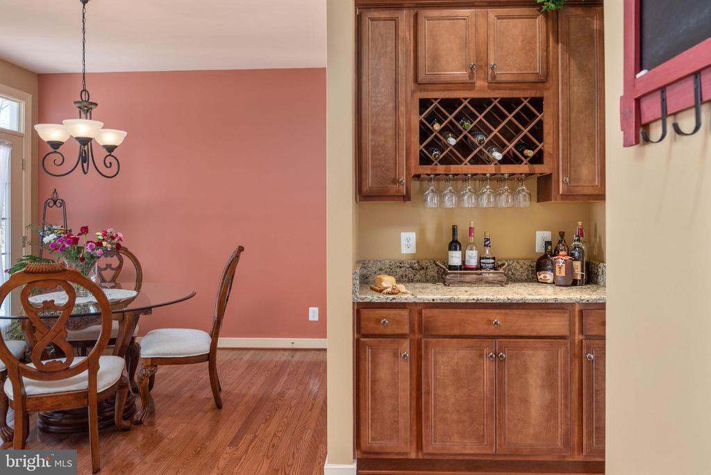 Butler's pantry fitting of such a fine home. - 3 GRISTMILL DR, STAFFORD
