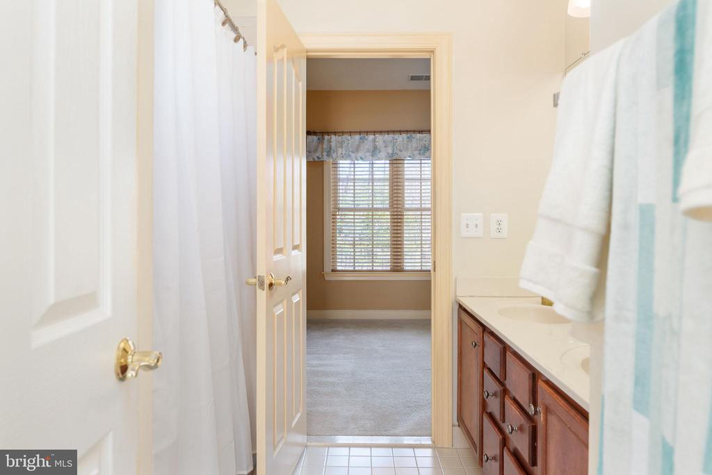 Jack and Jill full bath connects bed 1 and 2 - 3 GRISTMILL DR, STAFFORD