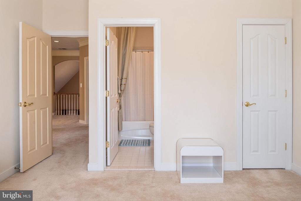 Bedroom 3 with walk in closet and full bath. - 3 GRISTMILL DR, STAFFORD