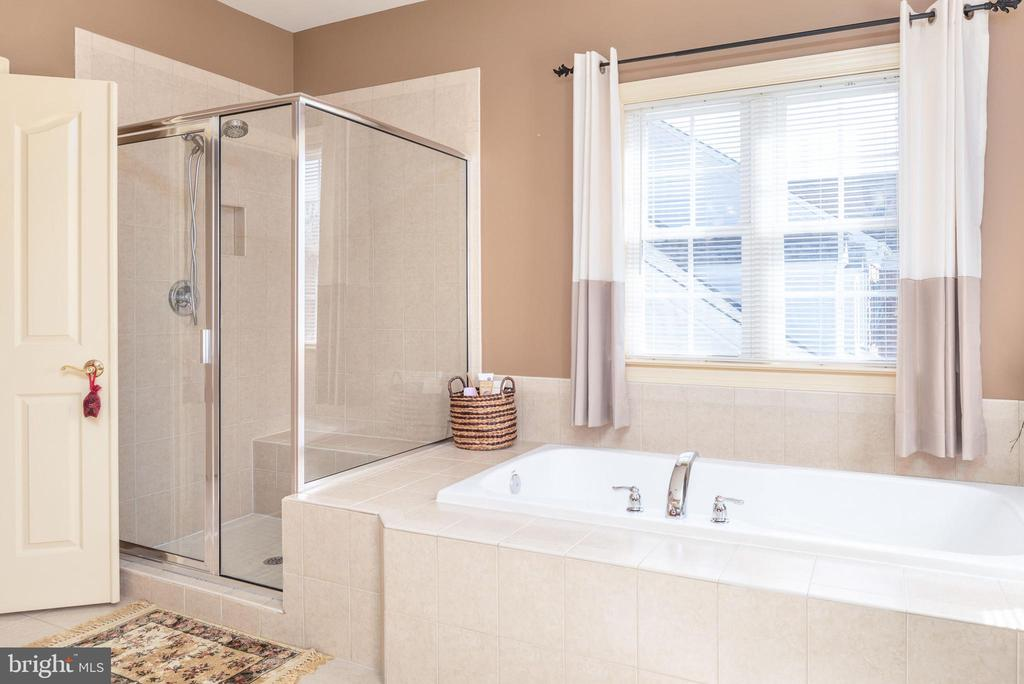 Separate shower with tile and built in shelf - 3 GRISTMILL DR, STAFFORD