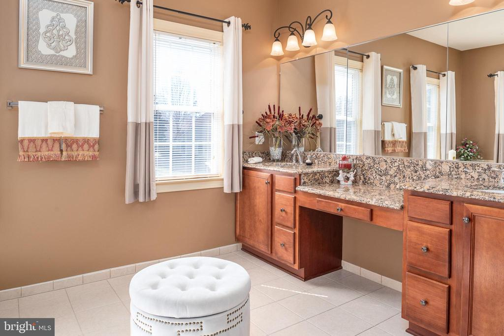 Double vanity, granite and tile flooring - 3 GRISTMILL DR, STAFFORD