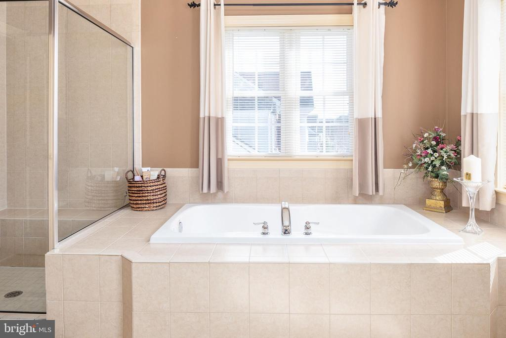 Soaker tub with ceramic surround - 3 GRISTMILL DR, STAFFORD