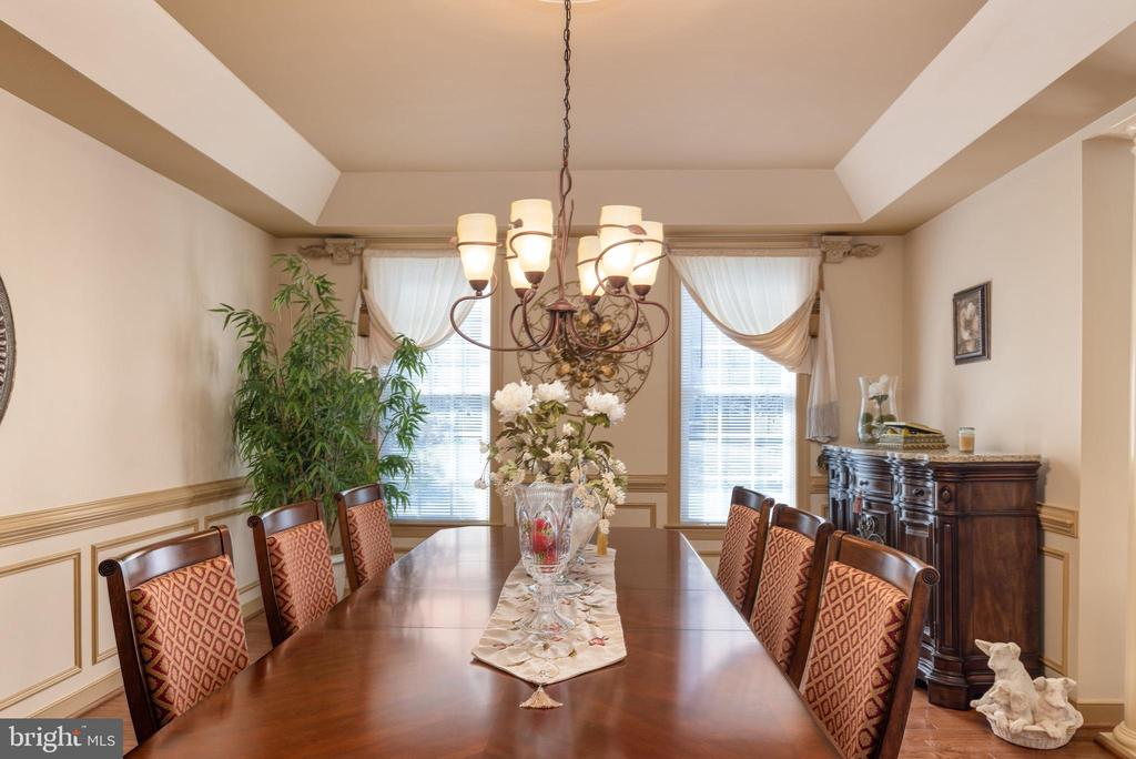Plenty of room for everyone in this dining room. - 3 GRISTMILL DR, STAFFORD