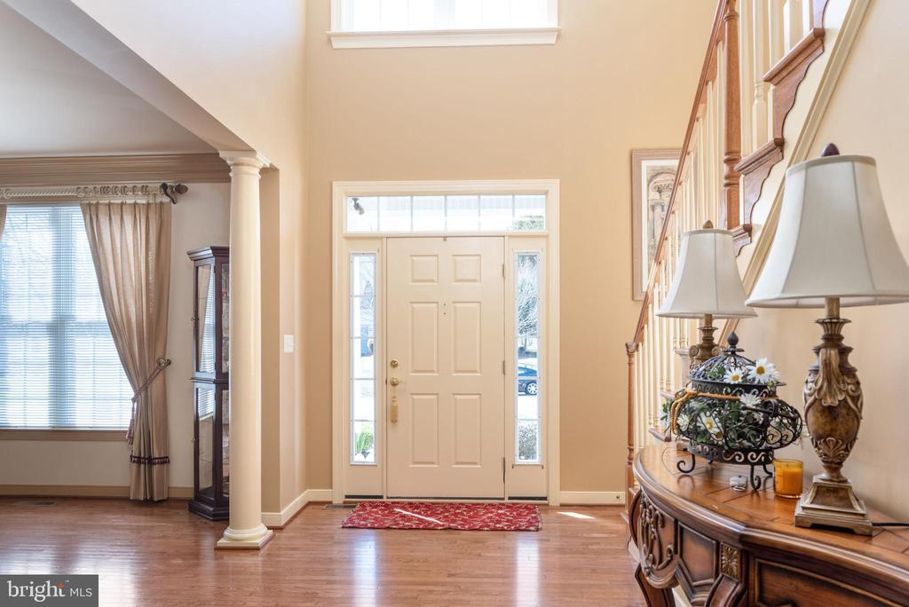 Two story entryway, hardwood floors - 3 GRISTMILL DR, STAFFORD