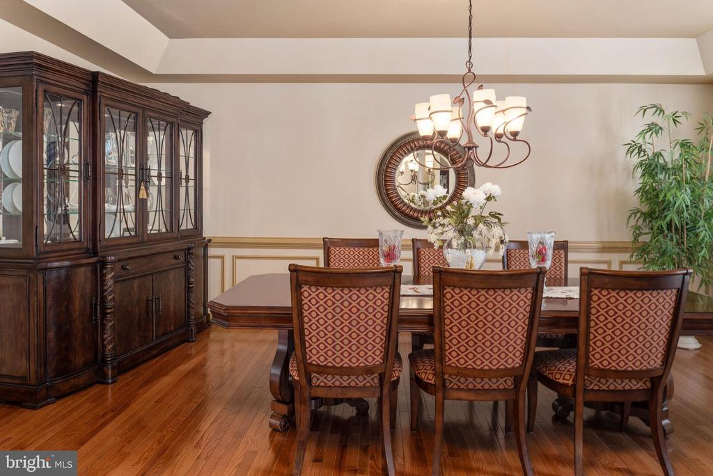 Dining room with tray ceiling - 3 GRISTMILL DR, STAFFORD