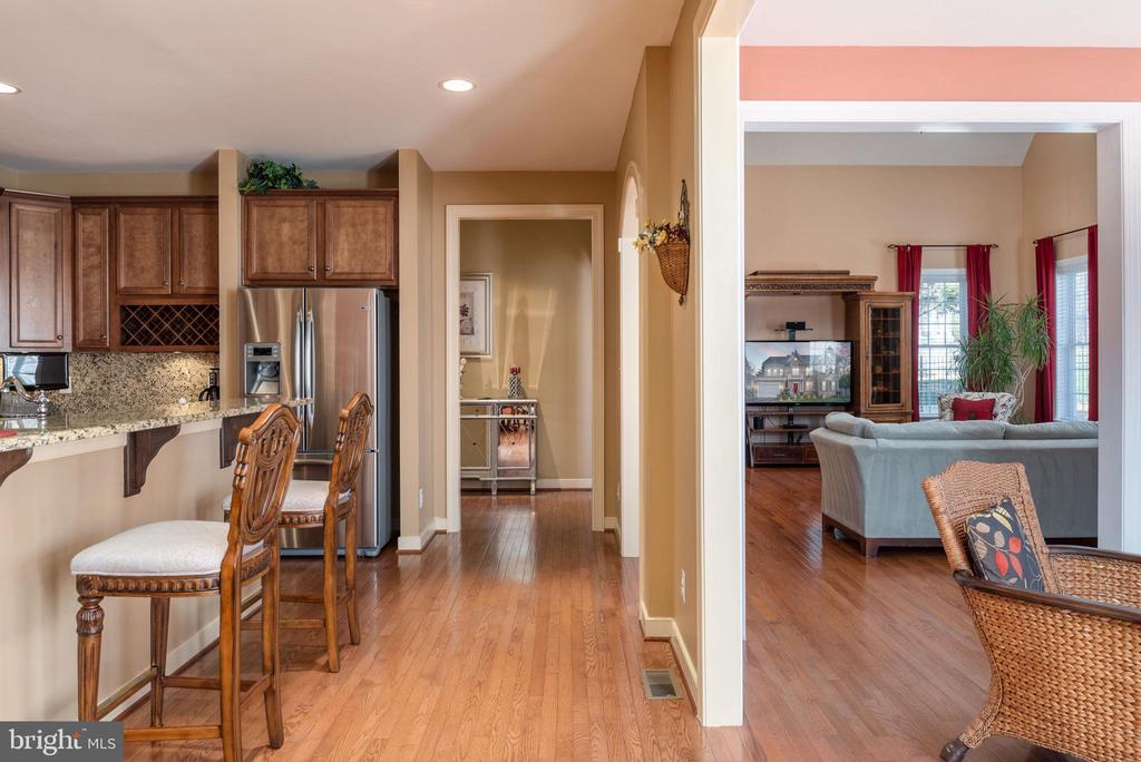 Enjoy your coffee on this granite breakfast bar - 3 GRISTMILL DR, STAFFORD