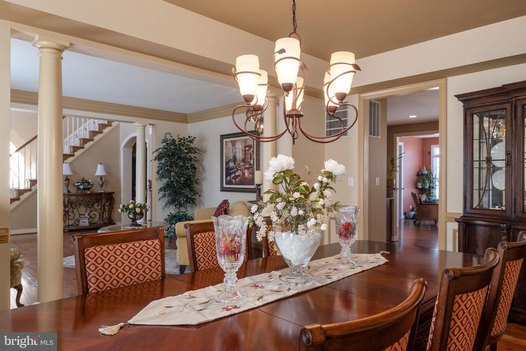 Open floor plan looking into living room &kitchen - 3 GRISTMILL DR, STAFFORD
