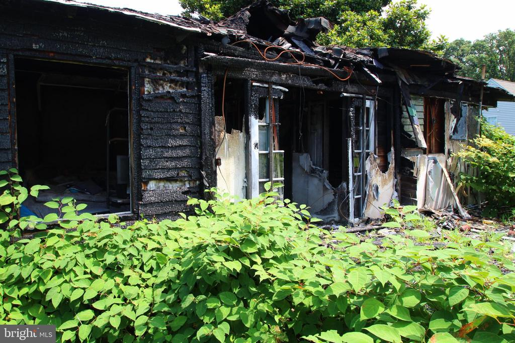 Fire damage to front of the house, kitchen, dining - 54 SHADY LN, STAFFORD