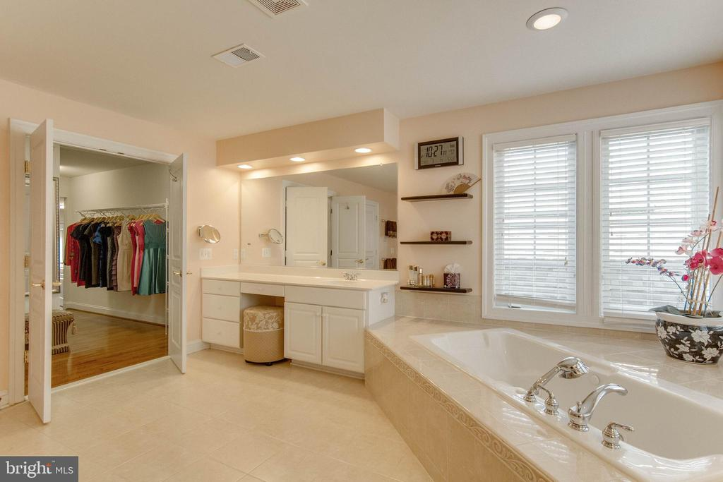Separate dual vanities - 8938 RHODODENDRON CIRCLE CIR, LORTON
