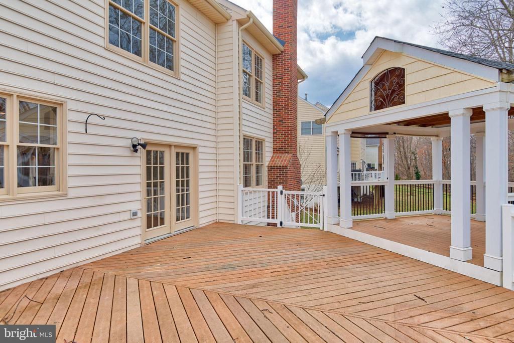 Wide open areas perfect for outdoor entertainment - 603 BEAUREGARD DR SE, LEESBURG
