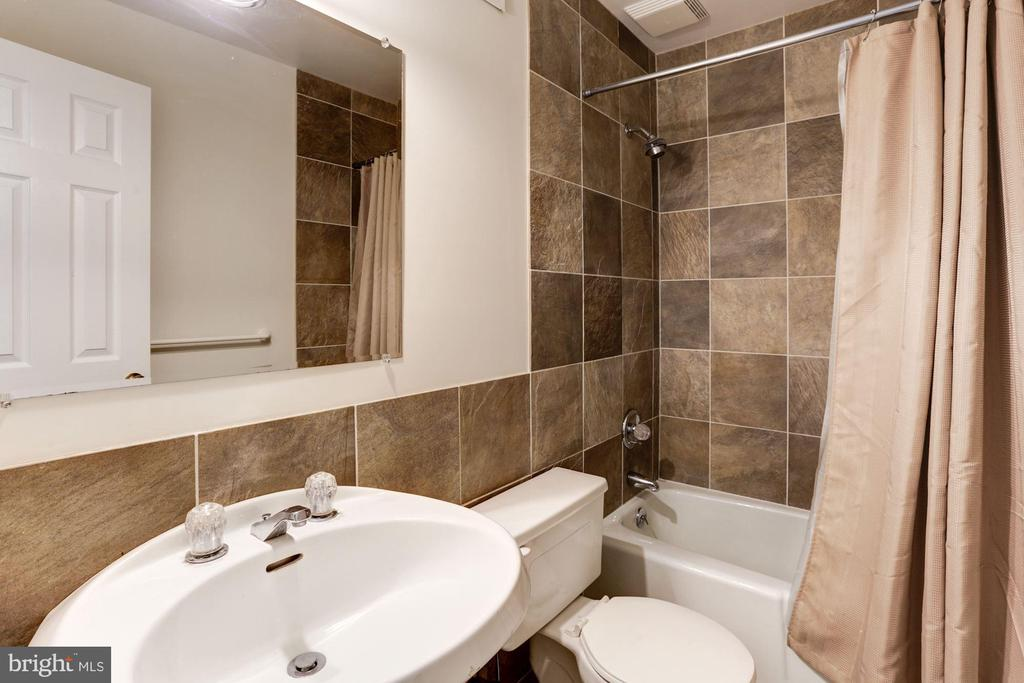lower level full bath - 8201 SPRING HILL LN, MCLEAN