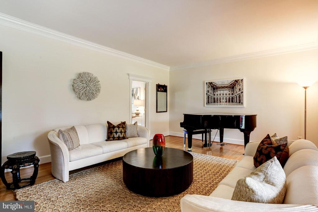 spacious living room off foyer - 8201 SPRING HILL LN, MCLEAN