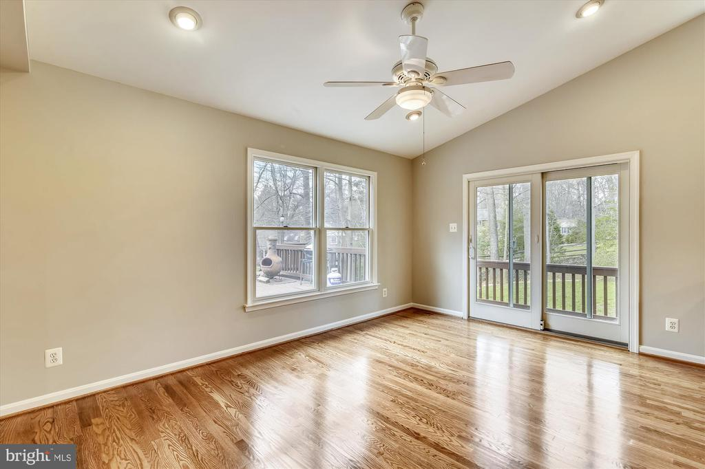 Kitchen provides direct access to large deck - 8312 CHARTWELL CT, ANNANDALE