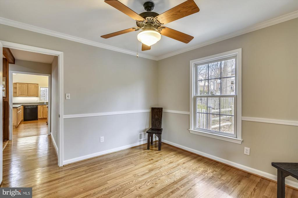 Ceiling fans, hardwoods, fresh paint thru out - 8312 CHARTWELL CT, ANNANDALE