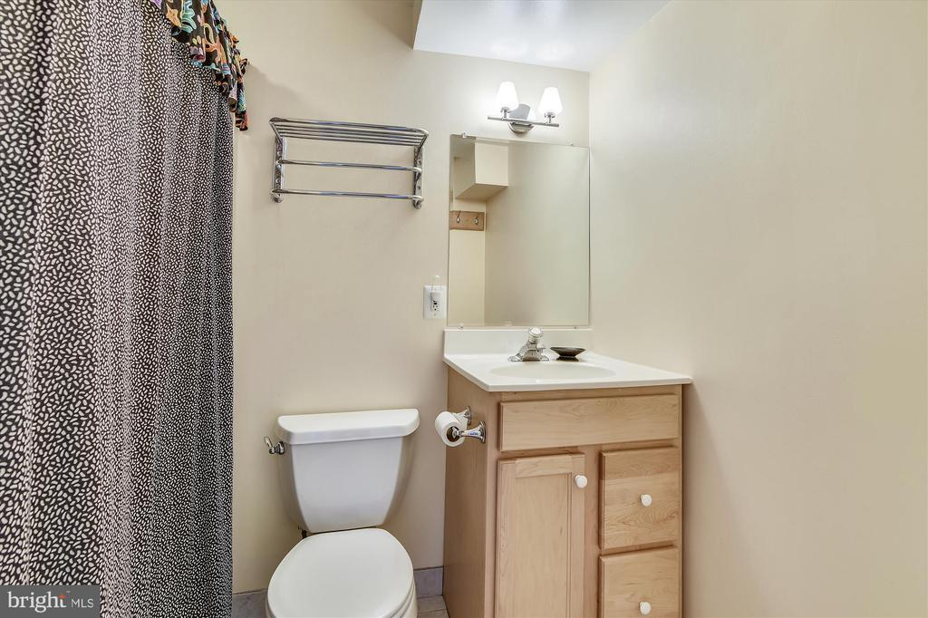 Bathroom 3 is FULL - 8312 CHARTWELL CT, ANNANDALE