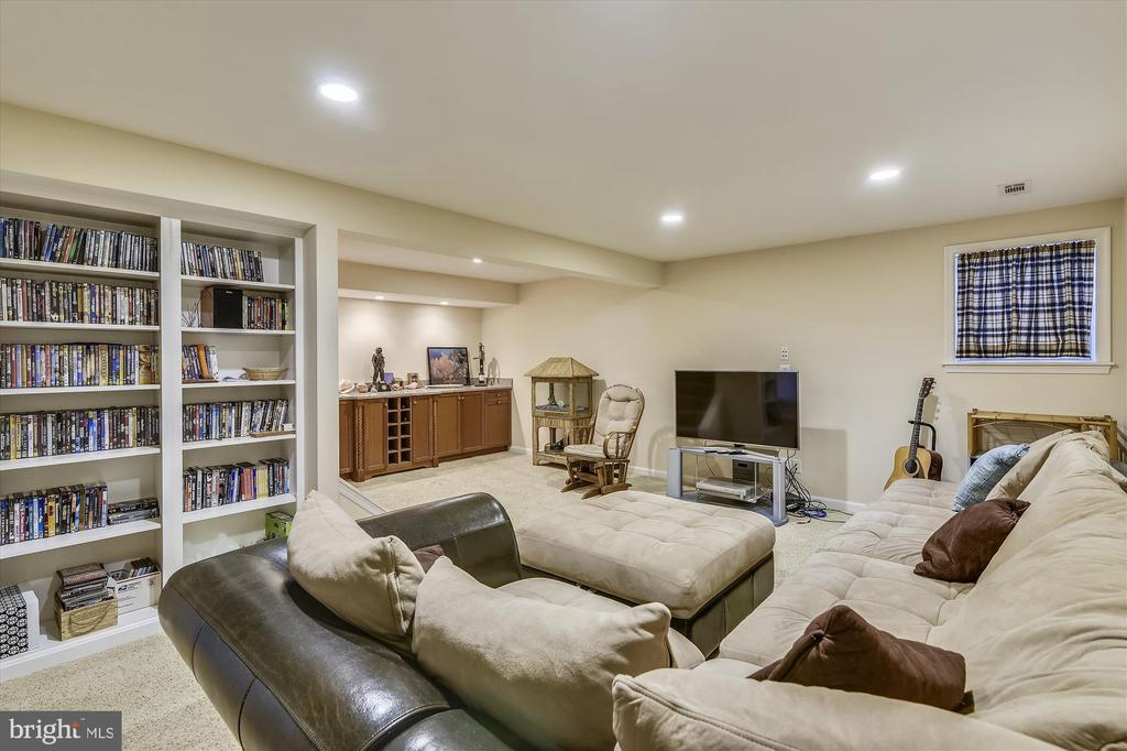 Family Room has Built Ins and Dry Bar - 8312 CHARTWELL CT, ANNANDALE