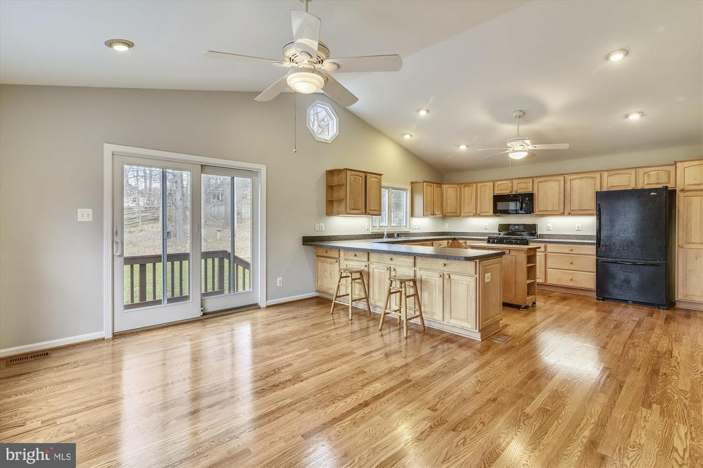 Breakfast bar, plus expansive kitchen table space - 8312 CHARTWELL CT, ANNANDALE
