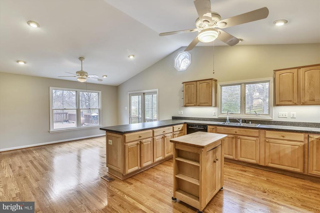 Vaulted ceilings in kitchen addition - 8312 CHARTWELL CT, ANNANDALE