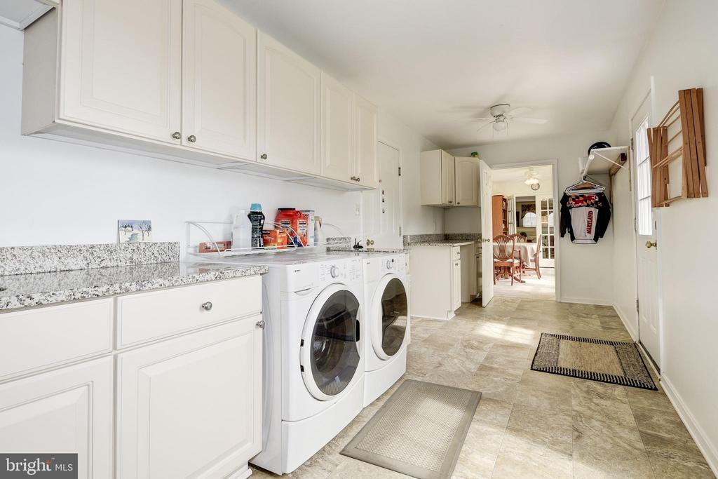 Expansive laundry room with granite - 7960 TALBOT RUN RD, MOUNT AIRY