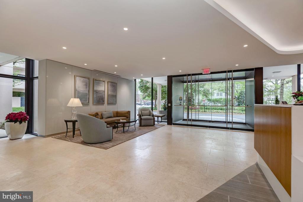 Recently renovated Hyde Park lobby - 4141 HENDERSON RD #324, ARLINGTON