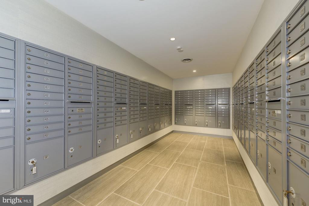 Mail room - packages held securely at desk - 4141 HENDERSON RD #324, ARLINGTON