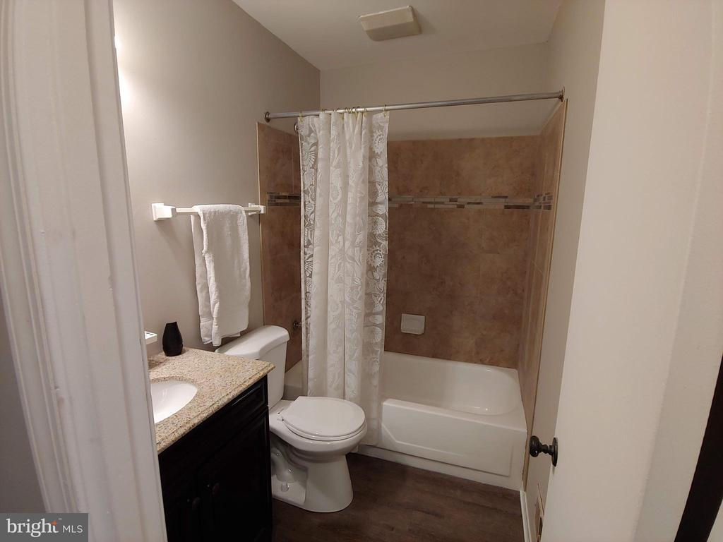 Updated hall bathroom - 5916 MORNINGBIRD LN, COLUMBIA