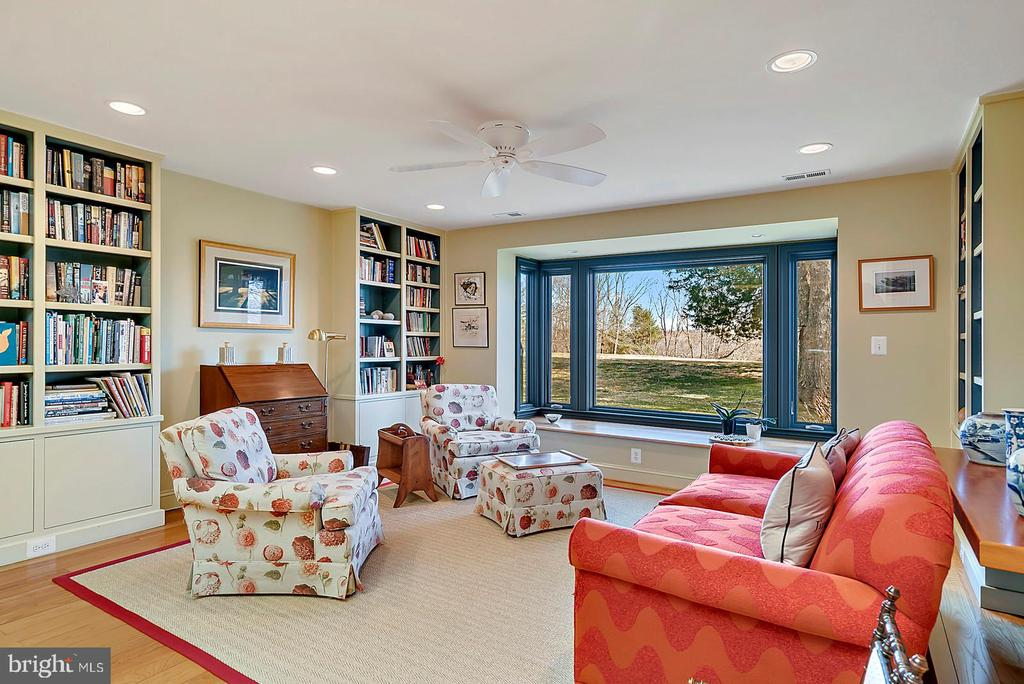 Large window seat in library - 38052 SNICKERSVILLE TPKE, PURCELLVILLE