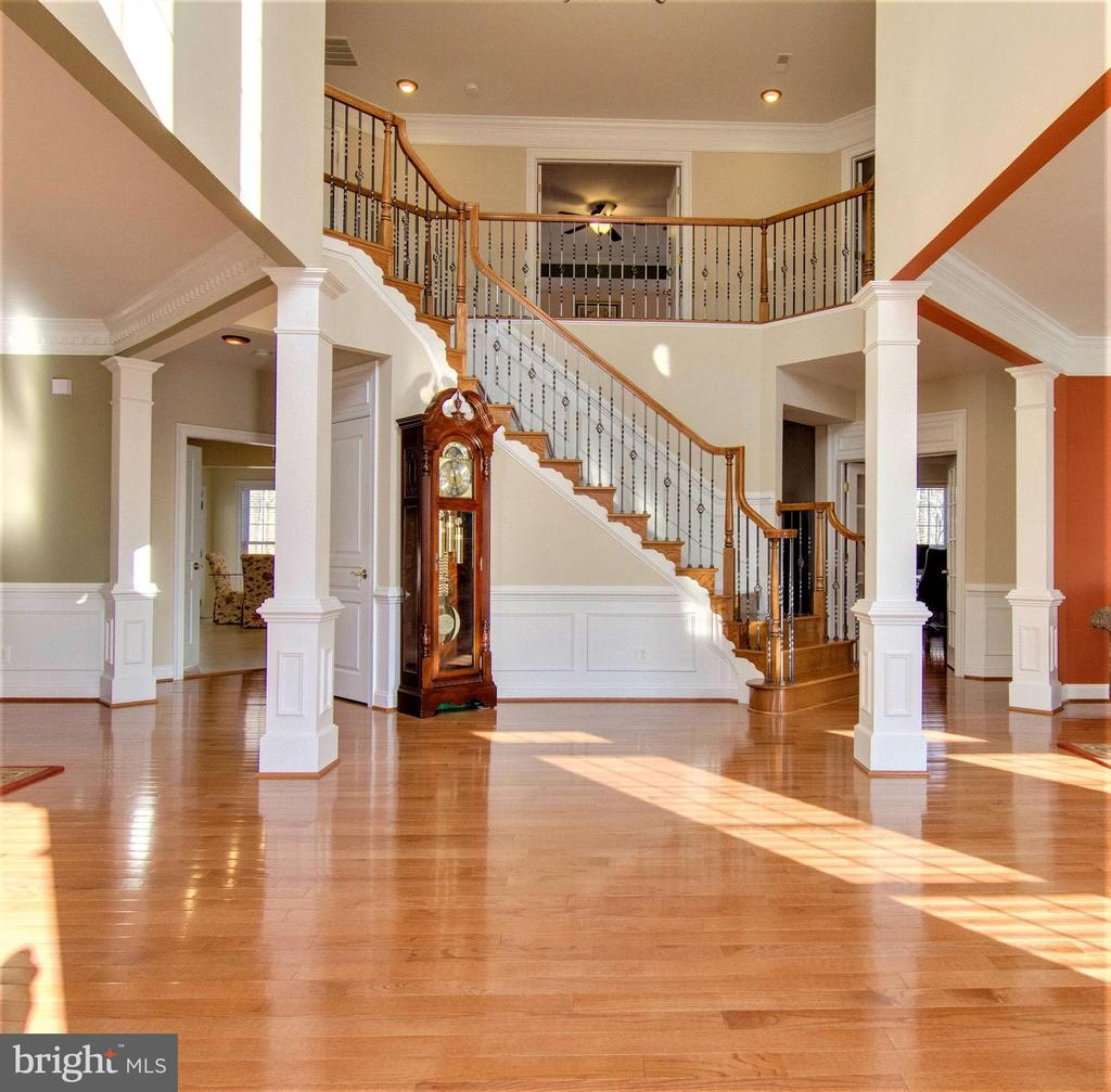 Grand 2-story foyer greets you - 8938 RHODODENDRON CIRCLE CIR, LORTON