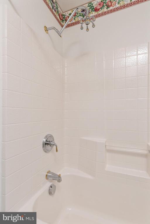 Jack and Jill Full Bathroom - 24080 CLIFF DR, WORTON