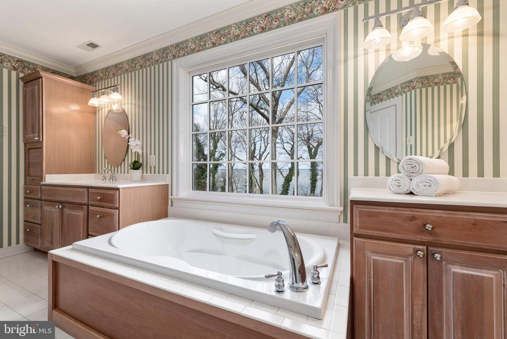 Soaking Tub with Water Views - 24080 CLIFF DR, WORTON