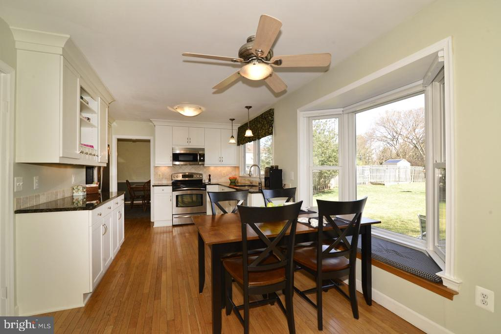 Kitchen Bay Window Looks out on Backyard - 13366 POINT RIDER LN, HERNDON