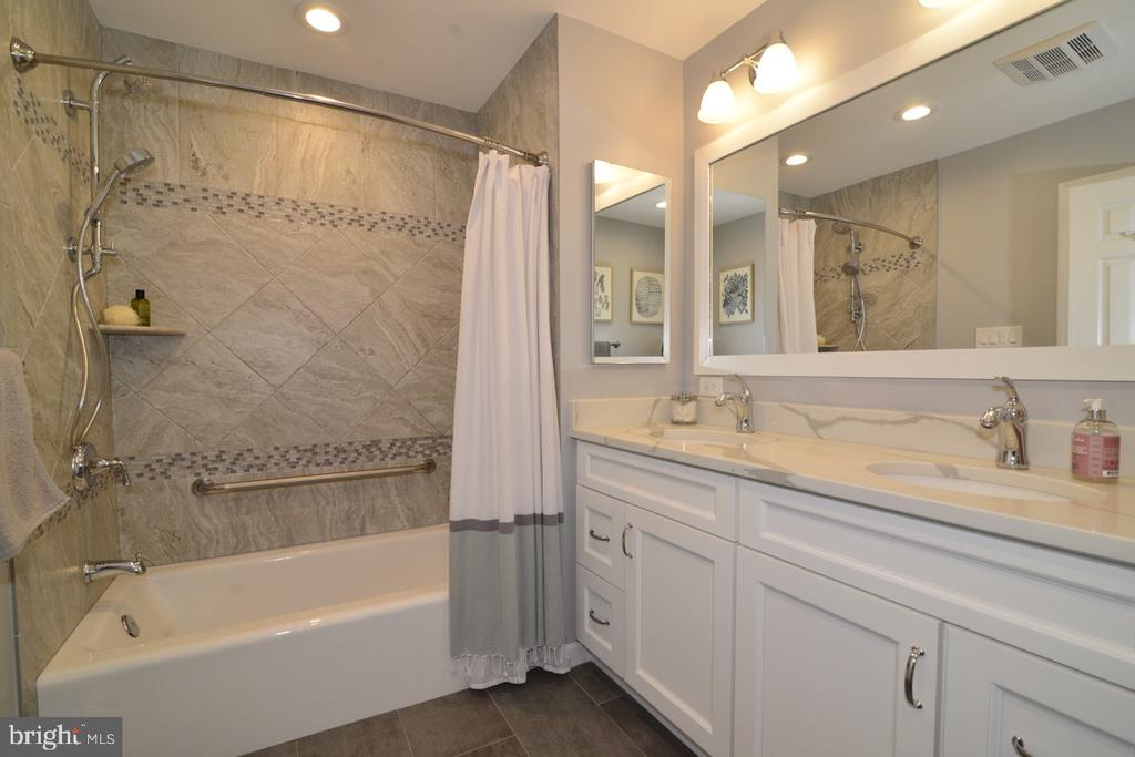Beautiful Master Bath - 13366 POINT RIDER LN, HERNDON