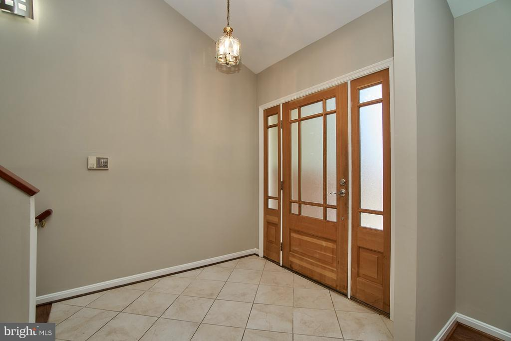 Welcoming foyer - 8588 CORAL GABLES LN, VIENNA